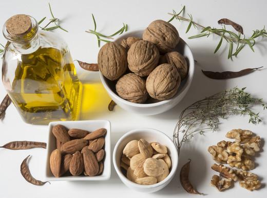 Olio extravergine d'oliva e frutti a guscio per proteggere il cuore a rischio