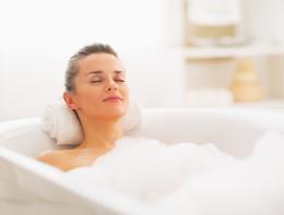 Il bagno caldo aiuta il metabolismo e protegge il cuore